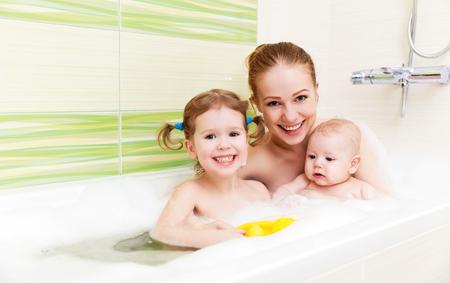 baignant dans un bain de mousse mère ensemble des enfants bébé Banque d'images