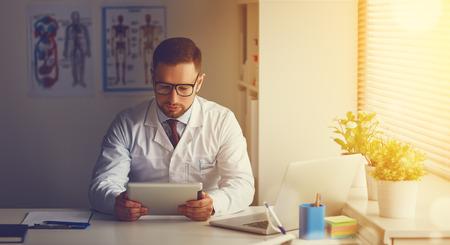 그녀의 사무실에서 태블릿 컴퓨터와 의사