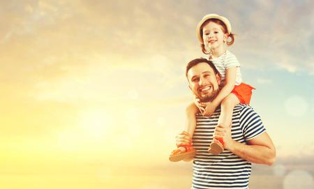 glückliche Familie Vater und Kind Tochter spielen und Spaß am Strand am Meer im Sommer mit Standard-Bild