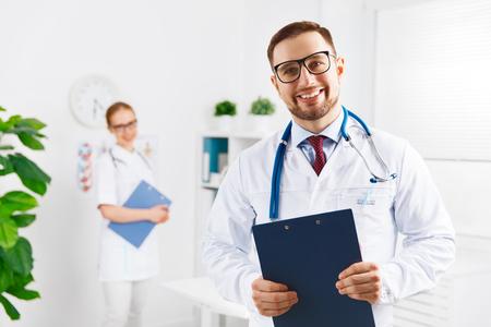 bata blanca: dos Doctor amigable trabajador médico y una enfermera en el hospital