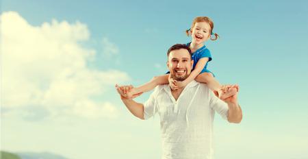 glückliche Familie Vater Tag. Vater und Kind Tochter spielen und in Himmel, die Spaß haben