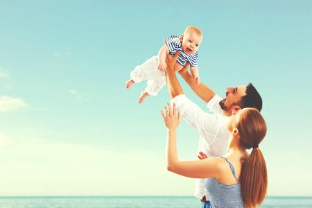 mom dad: Madre de la familia feliz, padre y bebé en el mar en verano