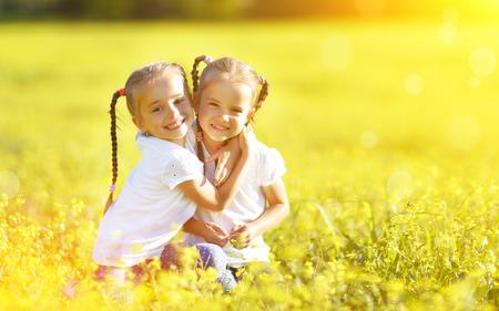 夏季には、自然を受け入れるハッピー子供双子姉妹 写真素材
