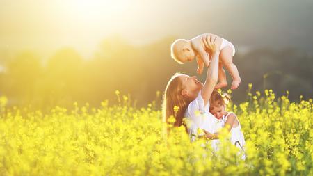 행복 한 가족, 어머니와 어린이 노란색 꽃과 초원에 딸과 아기 아들