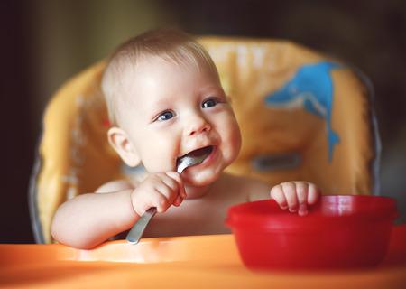 cuchara: cuchara feliz niño se come