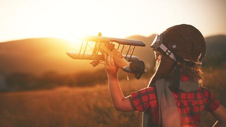sogni dei bambini felici di viaggiare e giocare con un aviatore aereo pilota all'aperto in estate