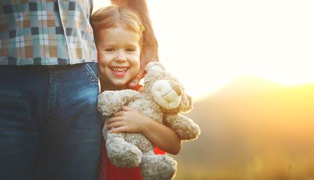 familia abrazo: Concepto de familia. Niña en el abrazo de papá. Foto de archivo
