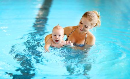 zdravá rodina matka výuky baby plavání bazén