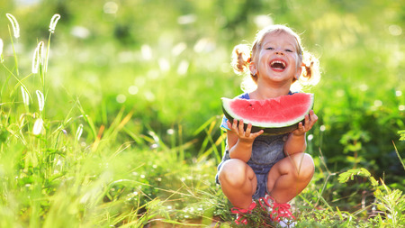 dzieci: Szczęśliwa dziewczyna dziecko zjada arbuza w lecie