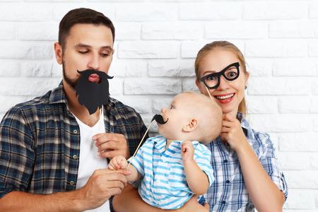 mama e hijo: divertido padre de la madre y el bebé de la familia con un bigote