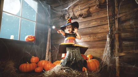 마법의 지팡이와 작은 마녀와 오래 된 오두막에서 마법의 마법의 책을 읽고