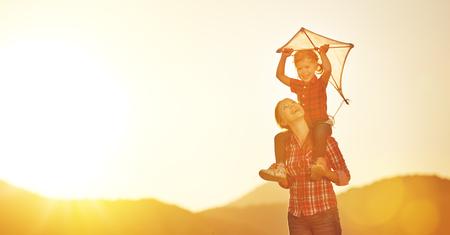 幸せ家族母と子の性質上夏の凧と草原で実行