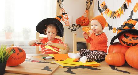 Bambini felici che preparano per Halloween pipistrelli decorati casa fatta a mano di carta Archivio Fotografico