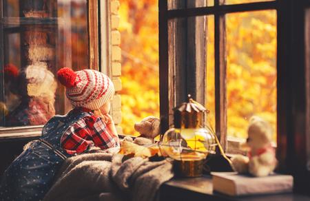 美しい自然の秋金に開いているウィンドウを介して探して子供女の子 写真素材 - 63077005