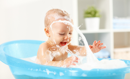A Happy toddler bathing in bathtub Stockfoto