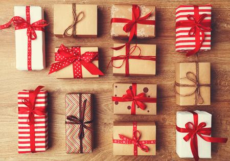 Kerstcadeaus presenteren op een houten tafeltafel