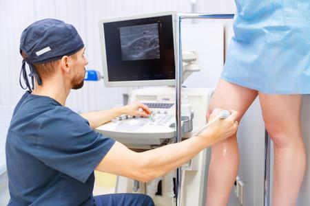 piernas hombre: El doctor T en la sala de operaciones para la clínica de cirugía vascular venosa quirúrgica