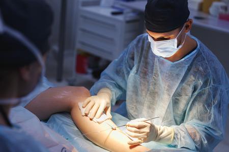 arts en een assistent in de operatiekamer voor chirurgische veneuze vasculaire chirurgie kliniek