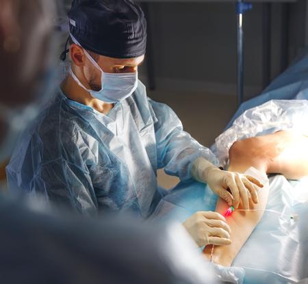 arts en een assistent in de operatiekamer voor chirurgische veneuze vaatchirurgie
