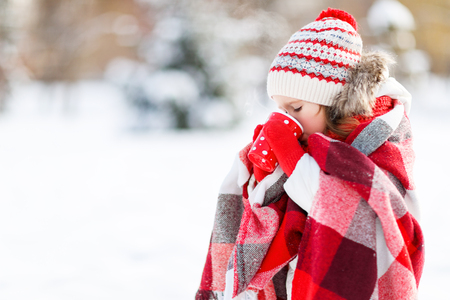 gelukkig kind meisje met hete thee op winterwandeling