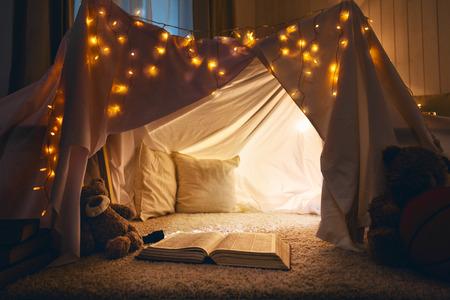 Kamer van kinderen leeg tent lodge in de avond voordat u naar bed gaat