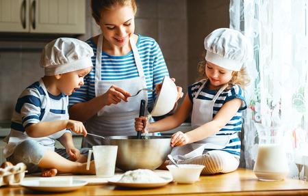 Glückliche Familie in der Küche. Mutter und Kinder den Teig vorbereitet, Plätzchen backen Standard-Bild - 70765966