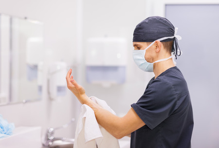 医者の外科医が操作の前に手を洗う