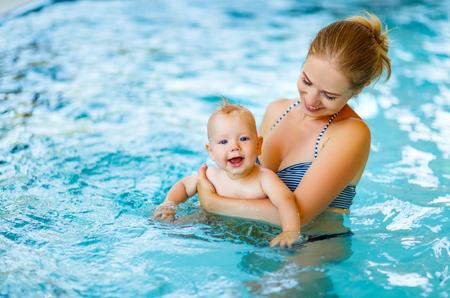 수영장에서 엄마와 아기 수영