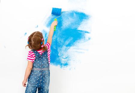 아파트에 복구합니다. 행복 한 아이 소녀 파란색 페인트 벽 페인트 스톡 콘텐츠