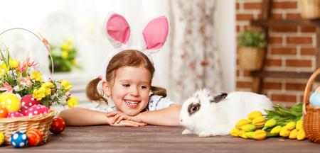 niños sonriendo: ¡Felices Pascuas! feliz chica divertida niño que juega con el conejito de Pascua