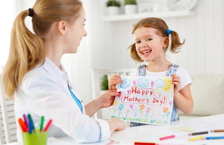 mama e hija: niña niño pintado Postal del dibujo para la madre para el día de la madre