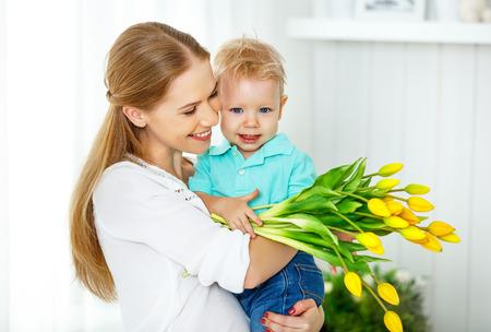 mama e hijo: Feliz día de la madre. hijo del bebé felicita madre, da sus flores