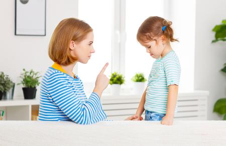어머니는 꾸지람와 자식 딸을 처벌
