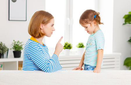 Madre regaña y castiga a la hija del niño