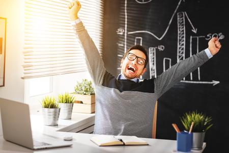 uomo felice: Felice l'uomo d'affari, libero professionista, studente che lavora al computer a casa e ufficio