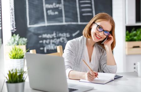 Zakenvrouw vrouw met computer en mobiele telefoon
