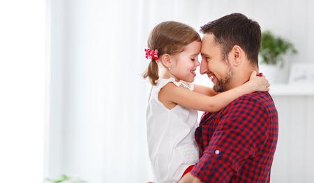 父の日。パパとの休日の笑い幸せ家族娘