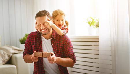 아버지의 날. 행복한 가족의 딸 포옹 아버지와 휴가에 웃음