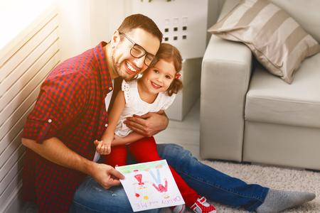 Vaderdag. Gelukkige familie dochter geven papa een wenskaart op vakantie