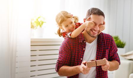 Vaderdag. Gelukkige familie dochter knuffelen vader en lacht op vakantie
