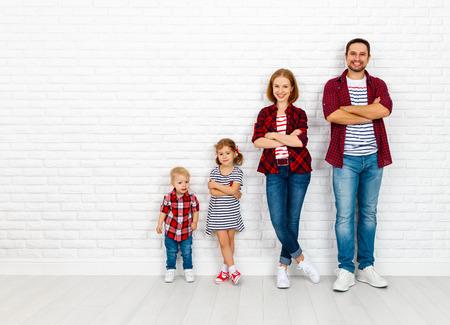 Gelukkige familie moeder, vader, zoon, dochter op een witte lege bakstenen muur achtergrond