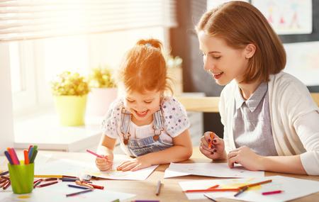 유치원에서 어머니와 자식 딸이 끌리는 창의력 스톡 콘텐츠