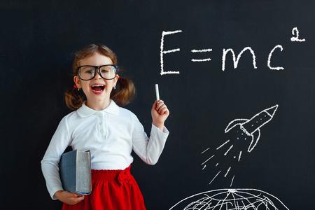 Kind Mädchen Wunderkind Student mit Buch in der Nähe Schule Tafel Standard-Bild - 80225183