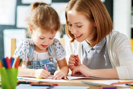 La mère et le fils enfant dessinent une créativité dans la maternelle Banque d'images - 80717438
