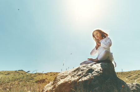 woman practices yoga and meditates in the lotus position on mountains, peak Stock fotó - 83777027
