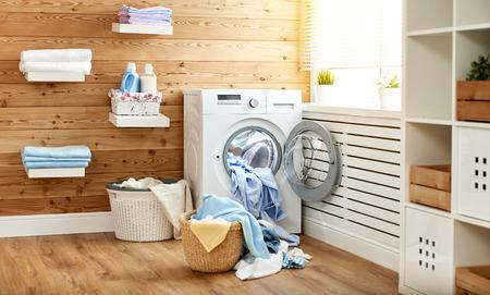 Binnenland van een echte wasserijruimte met een wasmachine bij het venster thuis
