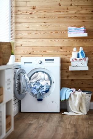 Innenraum einer wirklichen Waschküche mit einer Waschmaschine am Fenster zu Hause Standard-Bild - 84661413