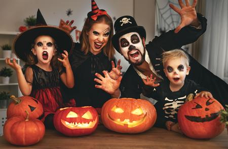 padre de la familia de la familia feliz y los niños en trajes y maquillaje en una celebración de Halloween Foto de archivo