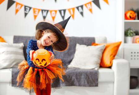 ハロウィーンの魔女衣装で幸せな笑い子供女の子 写真素材