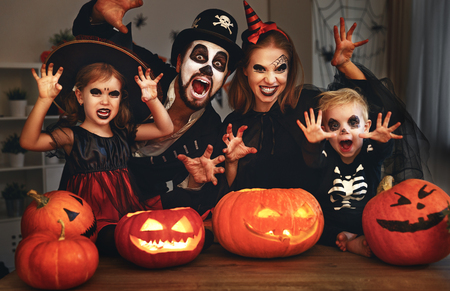 Felice madre padre della famiglia e bambini in costumi e trucco su una celebrazione di Halloween Archivio Fotografico - 86199806